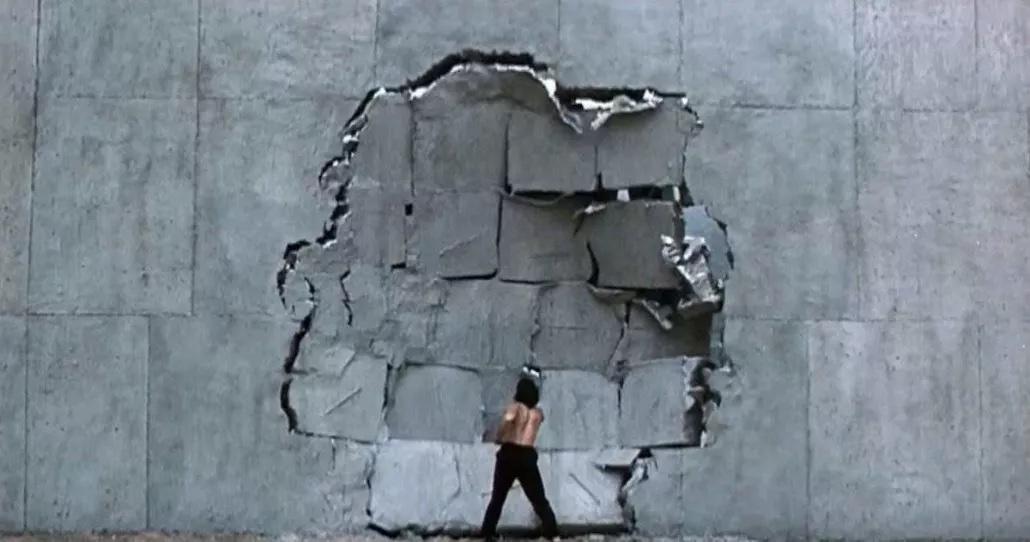 Ricky schlägt die Mauer des Gefängnisses ein